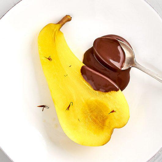 Safran-Birne mit warmer Schokoladensauce