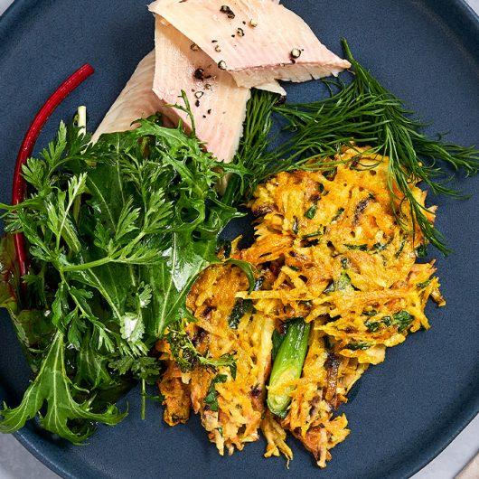 Gemüsepuffer mit geräucherter Forelle und Wildkräutersalat