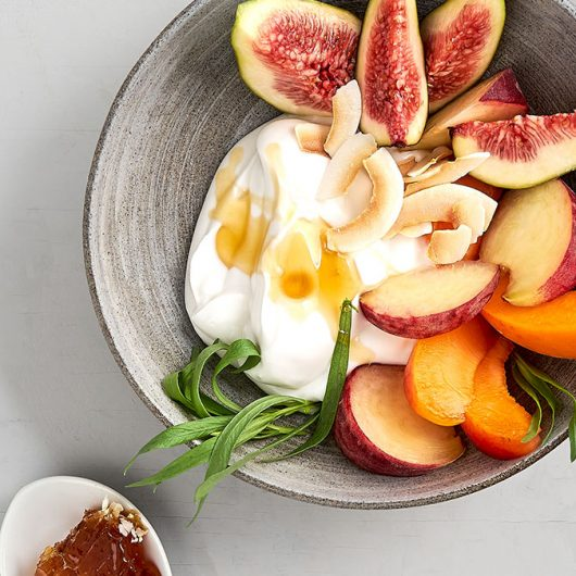 Süße Kokos-Bowl mit Früchten