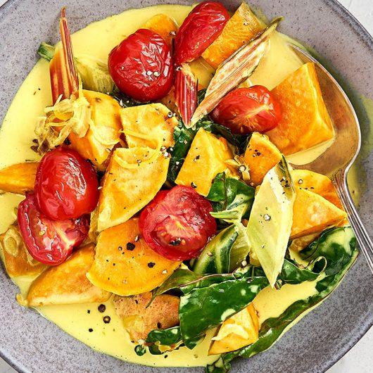 Süßkartoffel-Curry mit Mangold und Ofentomaten