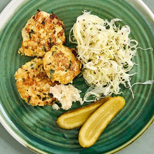 Hühnerfrikadellen mit Krautsalat und Meerrettich
