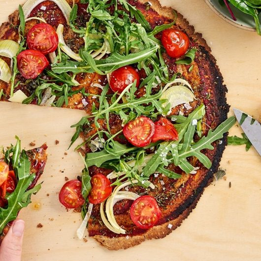Artgerechte Pizza mit Rucola, Tomaten & Salat
