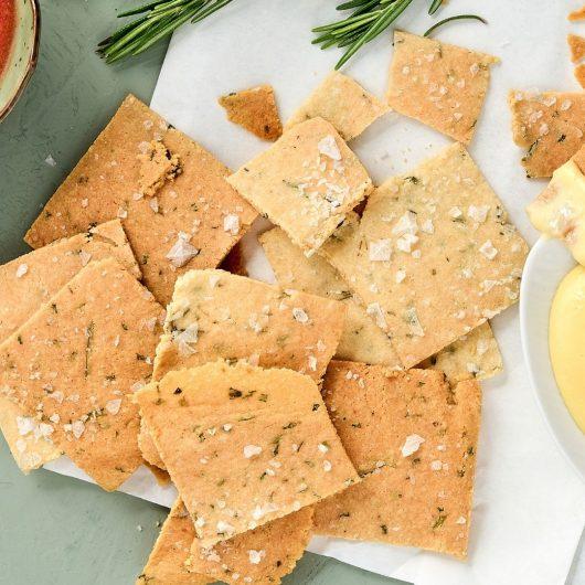 Rosmarin-Cracker mit Aioli und Tomaten-Dip